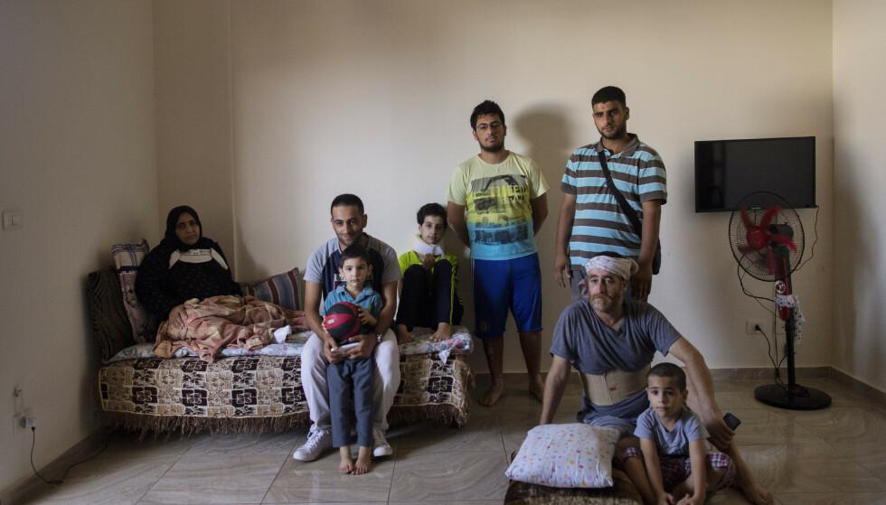 Familien Kinno, opprinnelig fra Aleppo i Syria, har igjen fått tak over hodet, men situasjonen er trøstesløs. F.v.: Fatima Kinno (45), Mahmoud (25) med sønnen sin, Hoda (11), Qoteiba (17), Mustafa (28), Ali (45) og Ahmad (6). Foto: Hassan Ammar / AP / NTB scanpix