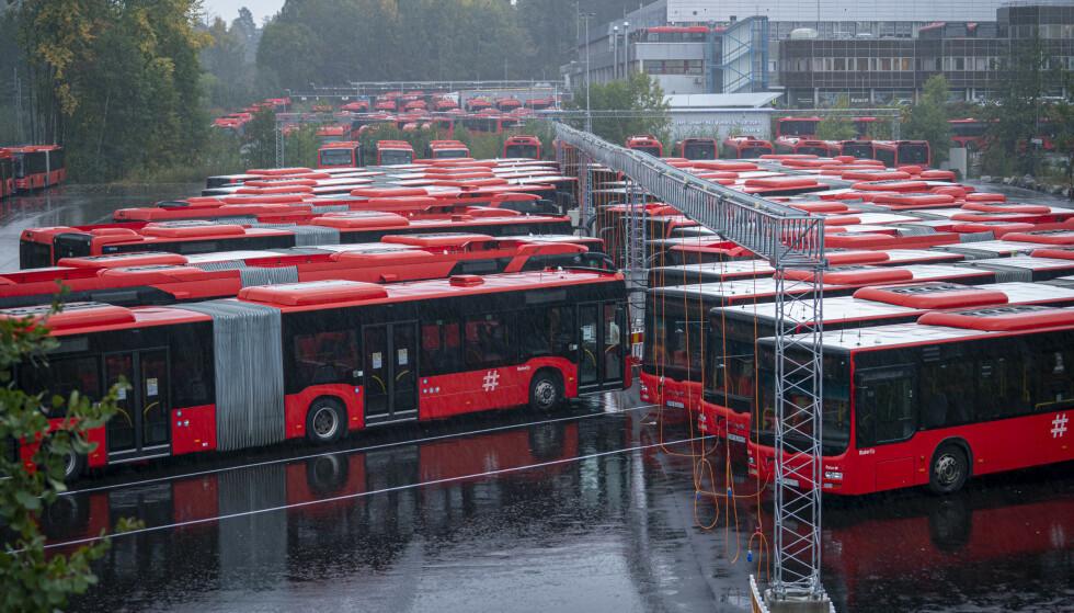 Unibuss sine buser står parkert på Rosenholm i Oslo. Foto: Heiko Junge / NTB