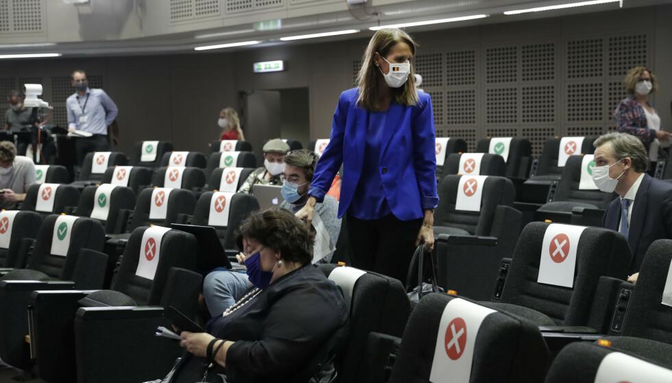 Den belgiske statsministeren Sophie Wilmès er blant politikerne som anklages for å gjemme seg bak ekspertene og ikke forsvare tiltakene mot coronaviruset selv. Foto: Olivier Hoslet, Pool via AP/NTB