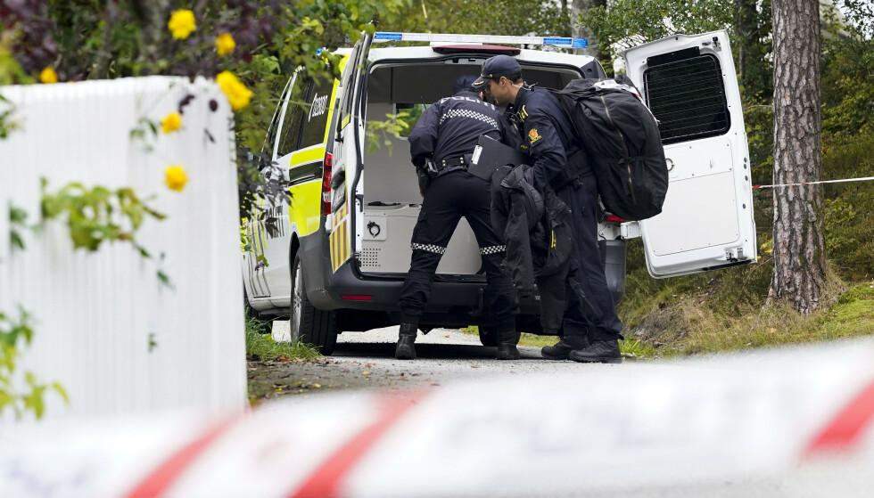 Politiets bombegruppe bærer inn utstyr til området. Foto: Jan Kåre Ness / NTB