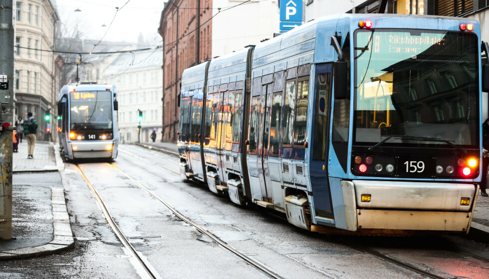 Fra tirsdag klokken 12 må alle som ikke kan holde én meters avstand til hverandre i Oslos kollektivtrafikk, bruke munnbind. Men politiet kommer ikke til å bruke ressurser på å håndheve påbudet, opplyser de til NTB. Foto: Lise Åserud / NTB