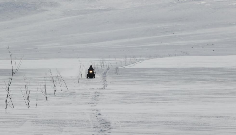 Fra i vinter kan kommunene gi flere lov til å bruke snøscooter for å frakte bagasje og utstyr til hyttene. Bildet er tatt på Hardangervidda i påsekn. Arkivfoto: Ørn E. Borgen / NTB