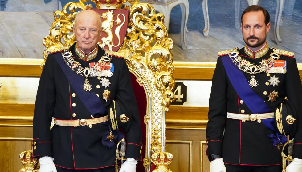 Kong Harald og kronprins Haakon under åpningen av det 164. Storting i fjor. Totalt har kong Harald holdt trontalen 30 ganger. I år skal kronprinsen gjøre det. Foto: Terje Pedersen / NTB