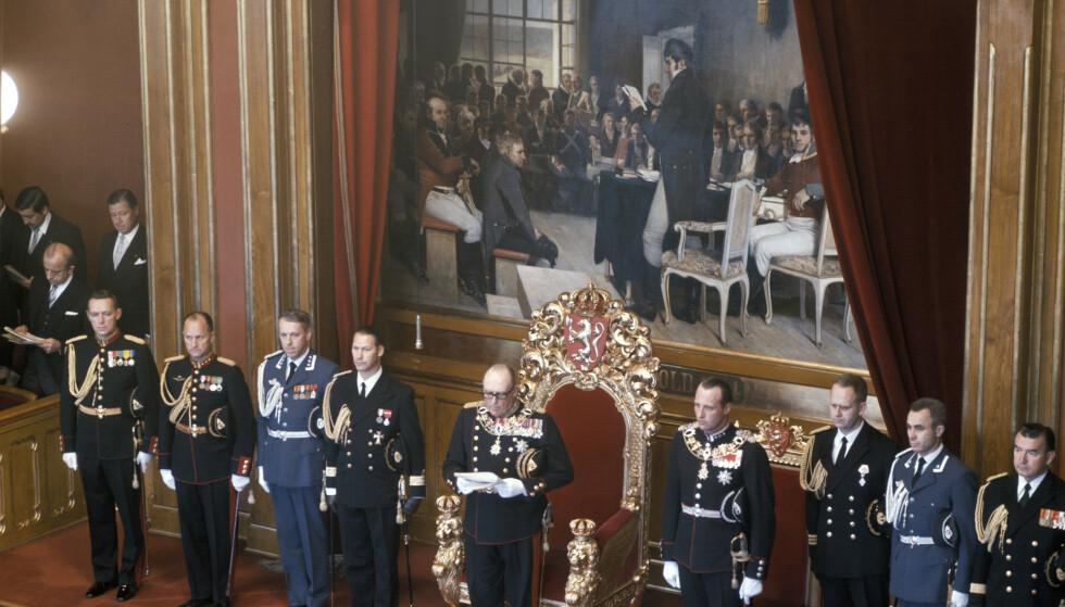 Åpningen av Stortinget høsten 1976. Kong Olav holder trontalen, mens kronprins Harald står ved hans venstre side. Til sammen har kong Harald vært til stede under 56 stortingsåpninger. FOTO: Bjørn Sigurdsøn / NTB