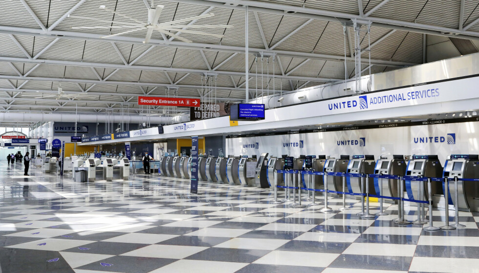 Luftfartsbransjen er sterkt preget av koronapandemien. Bildet viser tomme innsjekkingsskranker hos United Airlines på O'Hare-flyplassen i Chicago i slutten av juni. United Airlines og American Airlines varslet onsdag permittering av til sammen 32.000 ansatte. Arkivfoto: Teresa Crawford / AP / NTB