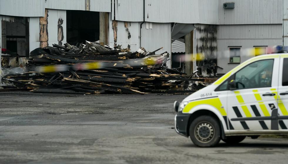 Politiet hold lørdag fremdeles vakt ved bygningen hvor to personer ble funnet døde etter en brann i et næringsbygg i Moelv onsdag morgen. Foto: Fredrik Hagen / NTB