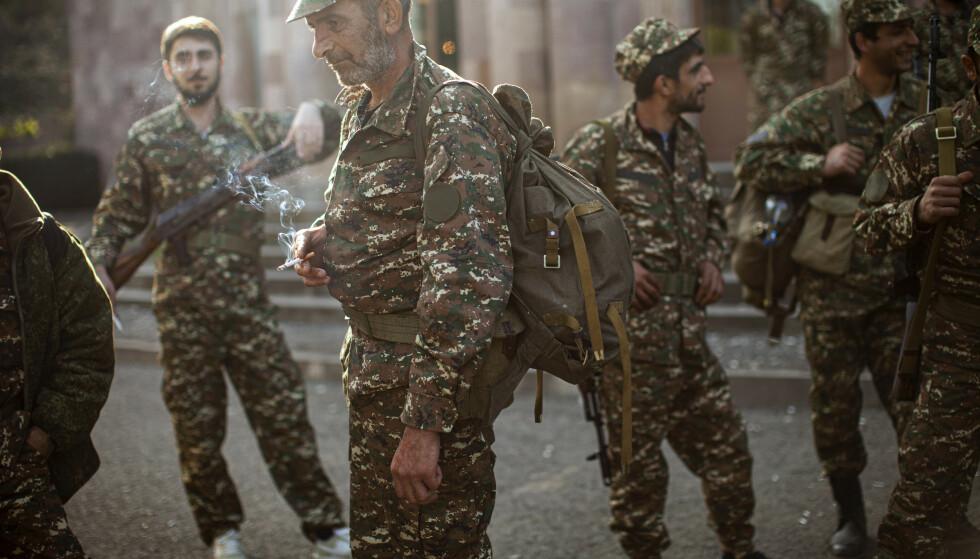 Armenske frivillige mottar våpen og uniformen før de skal til fronten. Foto: Karen Mirzoyan / AP / NTB