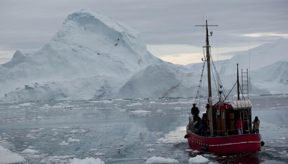 Smeltingen av grønlandsisen bidrar kraftig til havnivåstigningen, selv om CO2-utslippene kan bremses. Foto: Brennan Linsley / AP / NTB