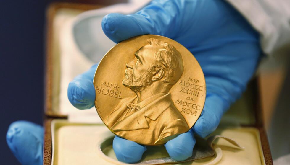 Vinnerne av nobelprisene mottar gullmedalje og 10 millioner svenske kroner. Foto: Fernando Vergara / AP / NTB