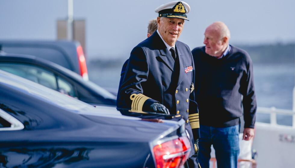 Kong Harald debarkerer kongeskipet Norge fra Dronningen i Oslo i slutten av september. Senere har han vært sykmeldt. Foto: Stian Lysberg Solum / NTB