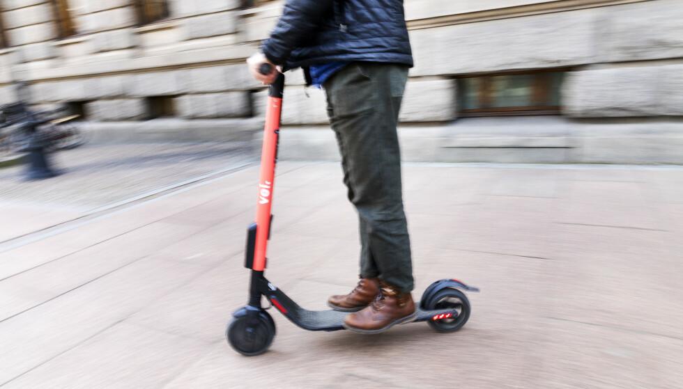 Svenske Voi er en av aktørene som har satt ut omstridte elsparkesykler i København, slik de også har gjort i Oslo. Foto: Gorm Kallestad / NTB