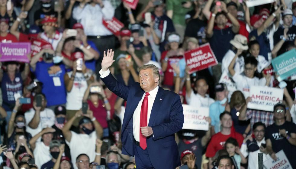 Flere tusener møtte fram for å høre og se president Donald Trump i Sanford i Florida mandag kveld. Foto: John Raoux / AP / NTB
