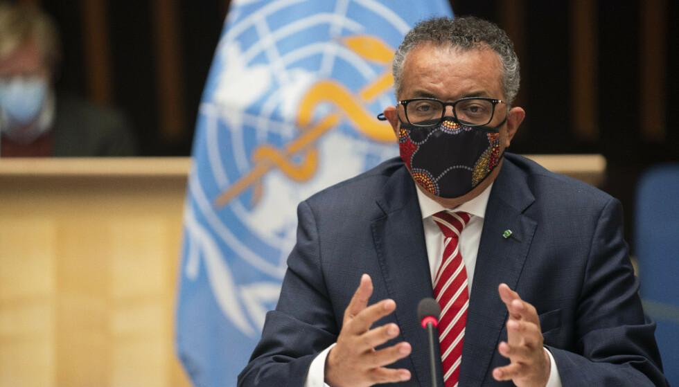 WHOs generaldirektør Tedros Adhanom Ghebreyesus er bekymret for den kraftige smitteøkningen i Europa og sier det ikke er noen snarveier ut av pandemien. Foto: Christopher Black / WHO via AP / NTB