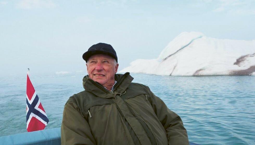 """Kong Harald på Svalbard. Bildet kan kun brukes i forbindelse med omtale av boken """"Kongen forteller"""" av Harald Stanghelle. Foto: Dronning Sonja / Kagge forlag / NTB"""