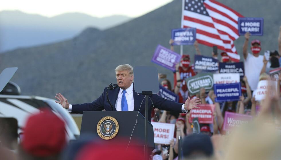 President Donald Trump sparket både mot kritikere i eget parti og til motstanderen Joe Biden da han møtte velgere på flyplassen i Carson City i Nevada søndag. Foto: Lance Iversen / AP / NTB