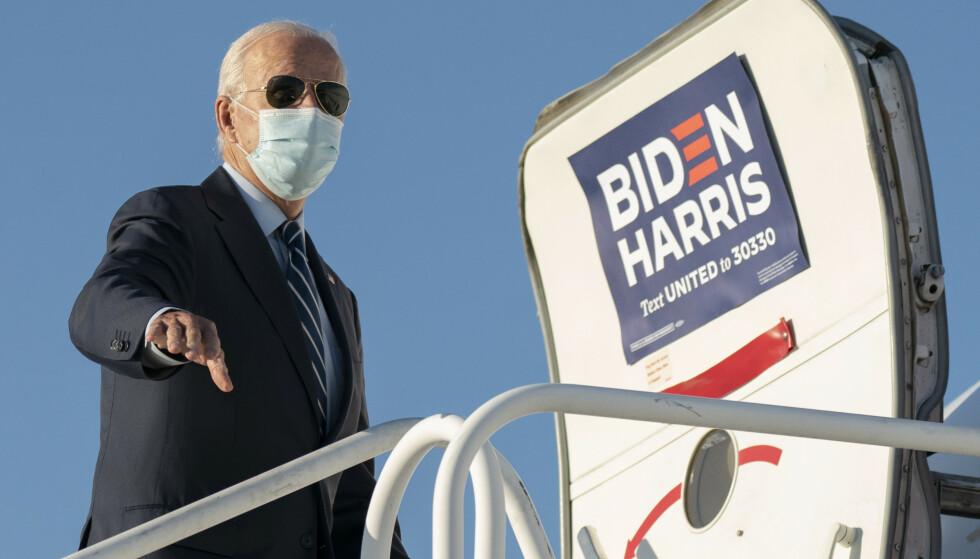 Både Donald Trump og Joe Biden forsøker nå å vinne stater som kan hjelpe dem å sikre seieren. Her er Biden på vei om bord i valgkampflyet på flyplassen i Raleigh-Durham i North Carolina. Foto: Carolyn Kaster / AP / NTB