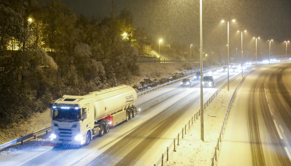 Snøen la seg på E18 i Asker tirsdag morgen. Foto: Terje Bendiksby / NTB