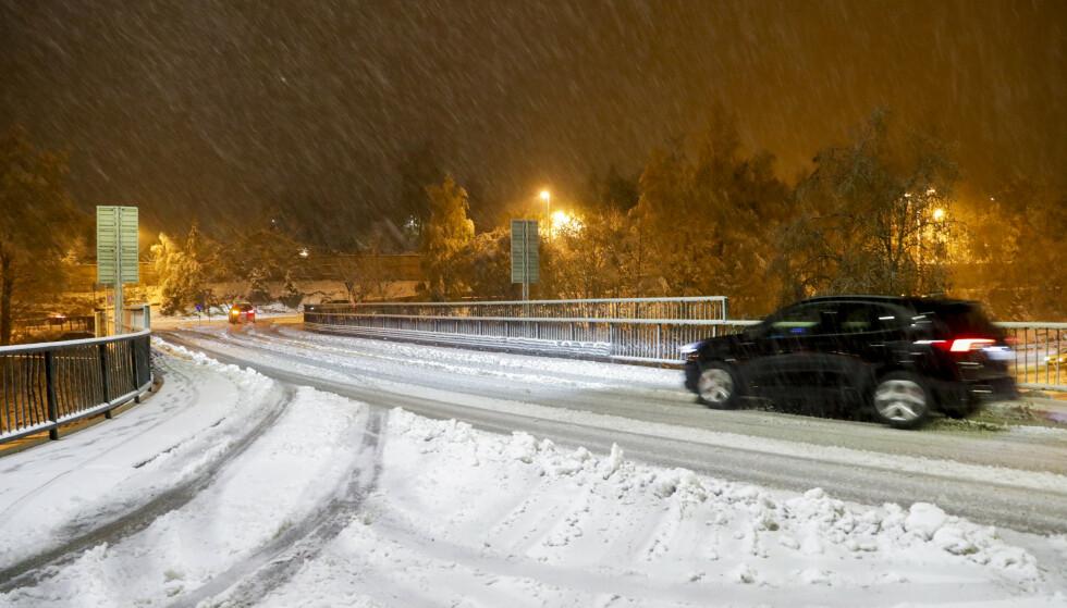 Snø på veiene i Asker tirsdag morgen. Foto: Terje Bendiksby / NTB