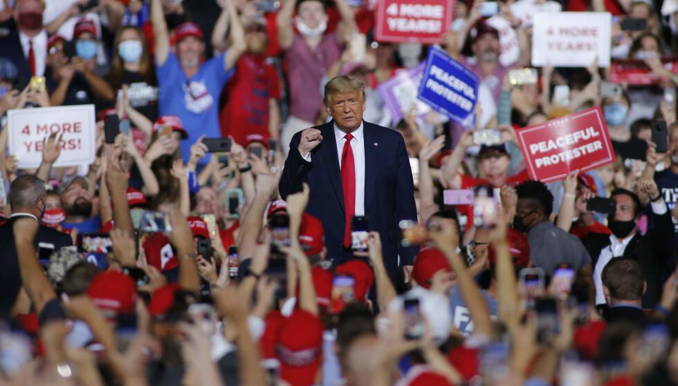 FBI og amerikansk etterretning anklager Russland og Iran for virksomhet som er ment å skape kaos og påvirke valget i USA. De mener begge land forsøker å undergrave det amerikanske demokratiet, men både Iran og Russland avviser anklagene. Her holder president Donald Trump et valgmøte i Gastonia i North Carolina onsdag. Foto: Nell Redmond / AP / NTB
