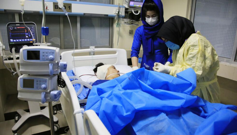 En overlevende får behandling på sykehus etter at minst 18 personer ble drept i et IS-angrep i Kabul lørdag. Foto: Mariam Zuhaib / AP / NTB