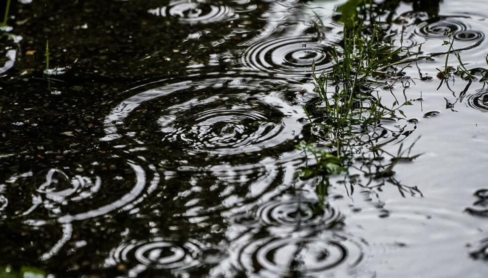 Finn fram paraplyen og belag deg på innekos dersom du bor i Sør-Norge. Trøndelag og Nord-Norge kommer imidlertid bedre ut av det til uka. Foto: Lise Åserud / NTB