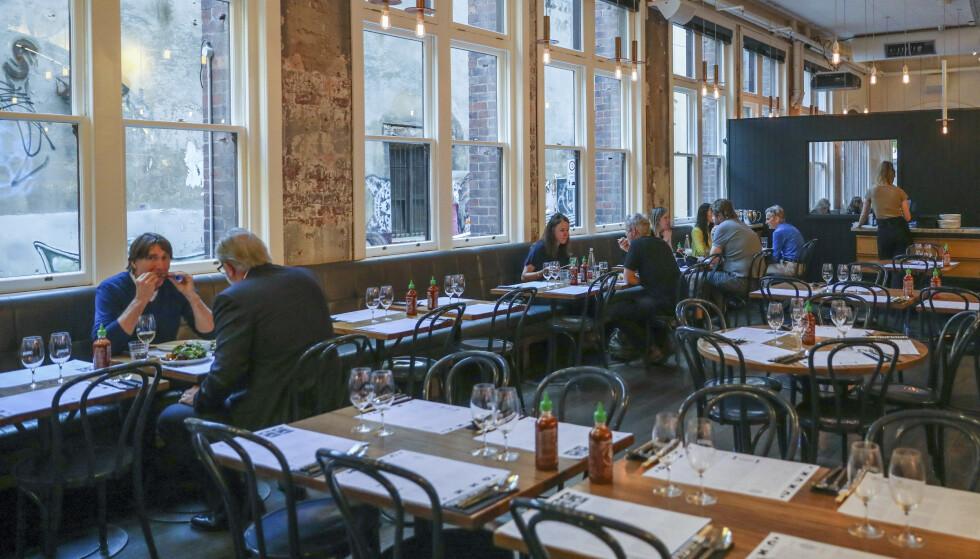 Melbournes mange kafeer og restauranter åpner etter nesten fire måneders nedstengning. Foto: AP / NTB