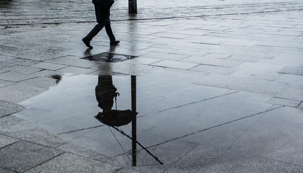 Starten på november kan bli våt, ifølge Meteorologisk institutt. Illustrasjonsfoto: Mariam Butt / NTBOslo, Norway 20170906. Illustrasjon, regntungt p Aker Brygge. Foto: Mariam Butt / NTB