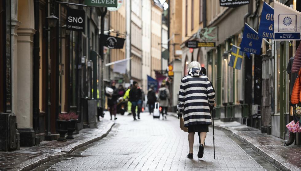 Koronatiltakene strammes til i Stockholm. Foto: Amir Nabizadeh / TT via AP / NTB