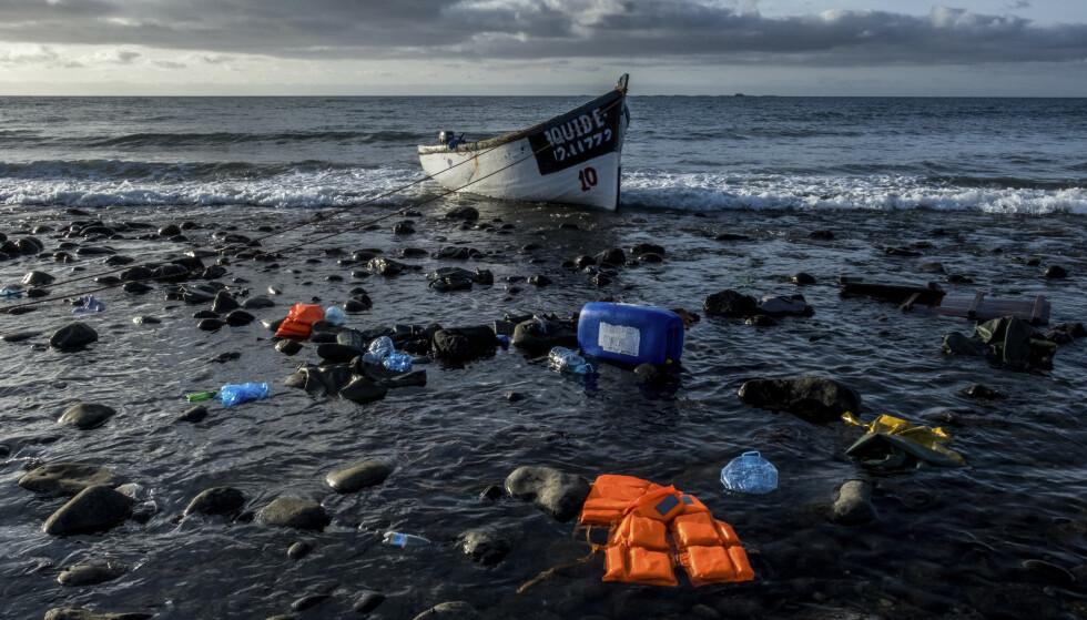 Rundt 11.000 migranter og flyktninger har ankommet Kanariøyene i år. Migranter fra Marokko ankom øyene i denne båten i oktober. Over 400 av dem som la ut fra Vest-Afrika, har mistet livet under forsøket. Illustrasjonsfoto: AP / NTB
