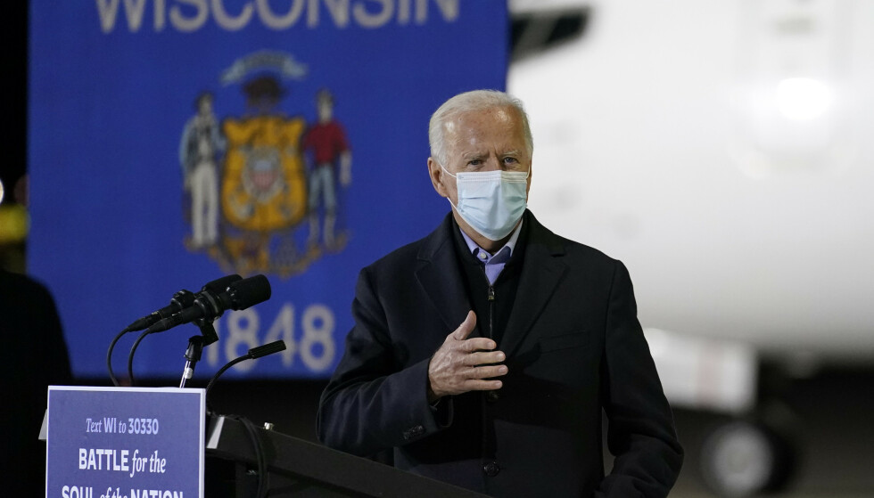 Demokratenes presidentkandidat Joe Biden, her iført munnbind på valgmøtet i Wisconsin, mener Donald Trump har gitt opp. Foto: Andrew Harnik / AP / NTB