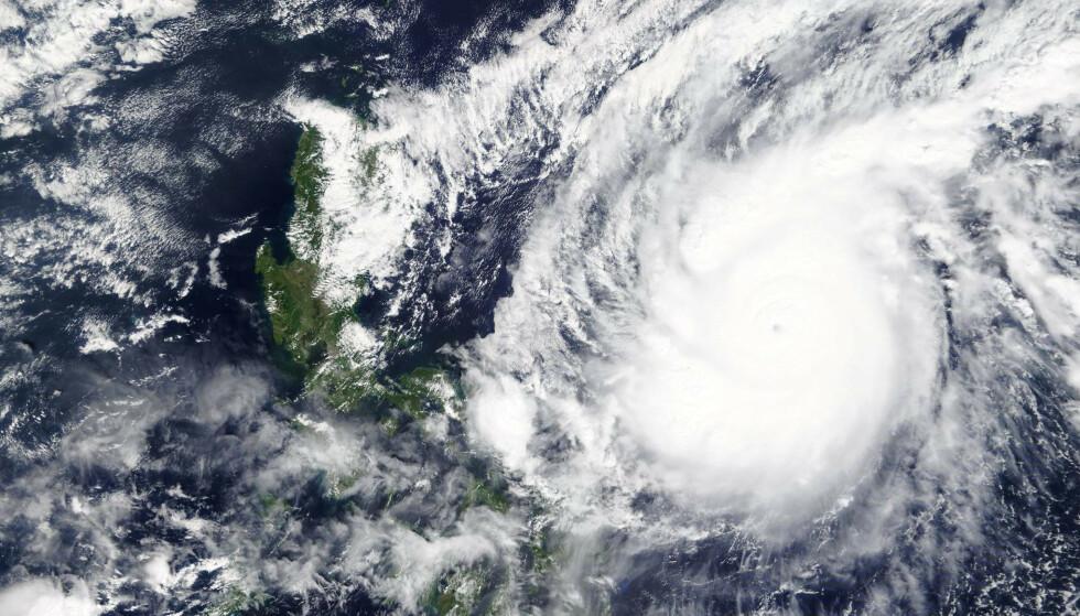Supertyfonen Goni avbildet fra en Nasa-satellitt lørdag. Foto: Nasa / AP / NTB