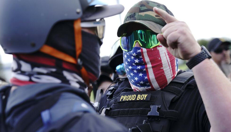 Høyreekstreme grupper som Proud Boys kan komme til å ty til vold dersom Donald Trump taper neste ukes presidentvalg, frykter mange. Foto: AP / NTB