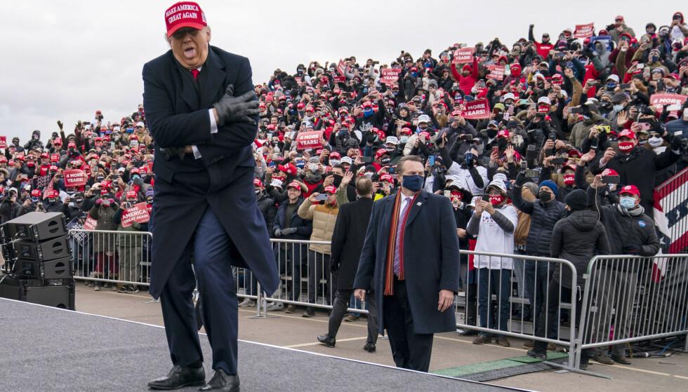 President Donald Trump spøkte om kulden da han ankom søndagens rally i Michigan Sports Stars Park i Washington Township. Foto: Evan Vucci / AP / NTB