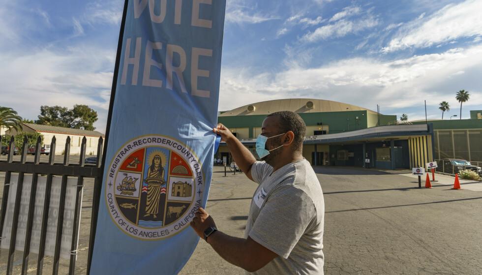Stemmelokalene har åpnet i de fleste delstater, som her i Los Angeles i California, og rekordmange har forhåndsstemt. Mange har fryktet en russisk desinformasjonskampanje før valget i USA, men i år kommer mer av desinformasjon hjemmefra, sier forskere. Foto: Damian Dovarganes / AP/ NTB