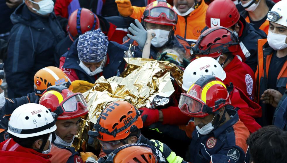 Tyrkiske redningsmannskaper fant mandag en tre år gammel jente i live i ruinene av en boligblokk som raste sammen under et kraftig jordskjelv fredag. Foto: AP / NTB