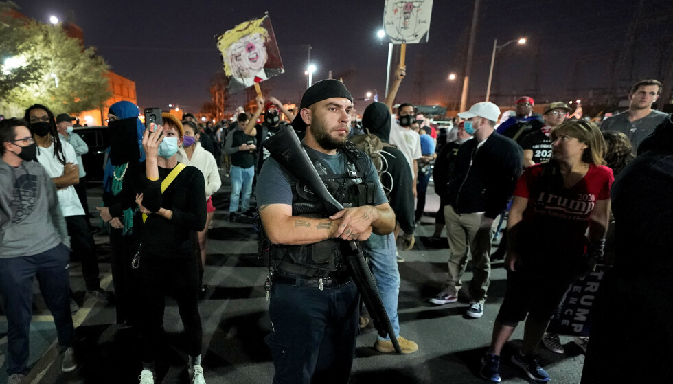 Tilhengere av president Donald Trump, flere av dem væpnede, protesterte onsdag kveld utenfor bygningen der stemmer ble talt opp i Phoenix. Foto: AP / NTB
