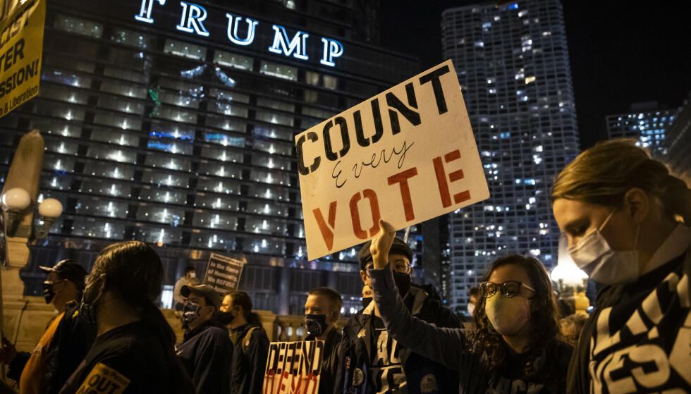 Republikanerne har gått rettens vei i et forsøk på å forkaste forhåndsstemmer i flere delstater, noe som har ført til demonstrasjoner i flere byer, som her i Chicago. Foto: AP / NTB