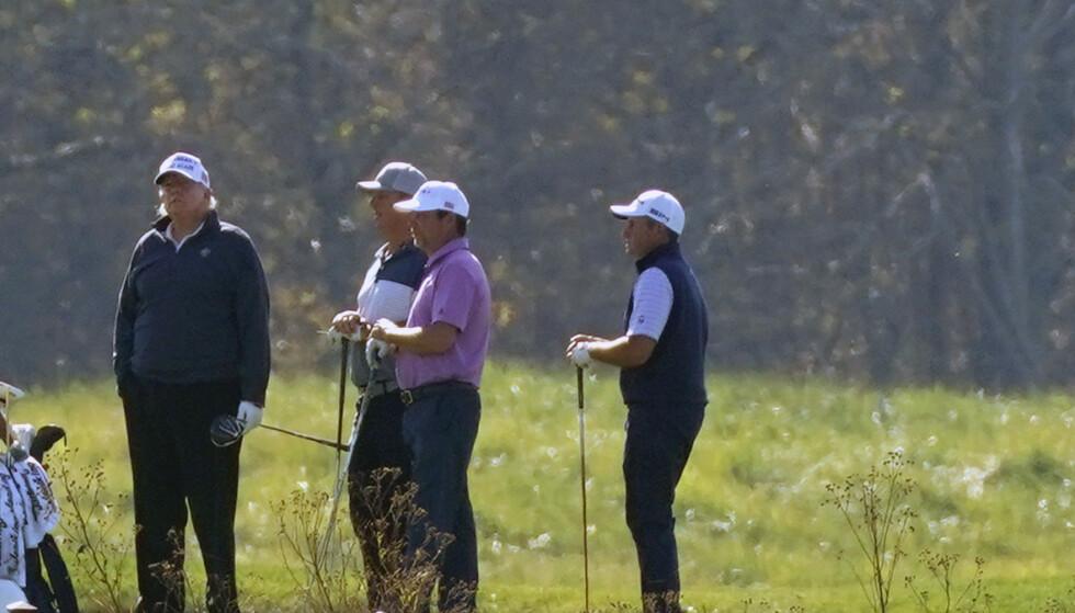 Donald Trump (t.v.) på golfbanen lørdag, samme dag som Joe Biden ble utpekt som valgvinner av en rekke amerikanske medier. Trump får nå motstridende råd av ulike medarbeidere og familiemedlemmer, ifølge nyhetsbyrået AP. Foto: Patrick Semansky / AP / NTB