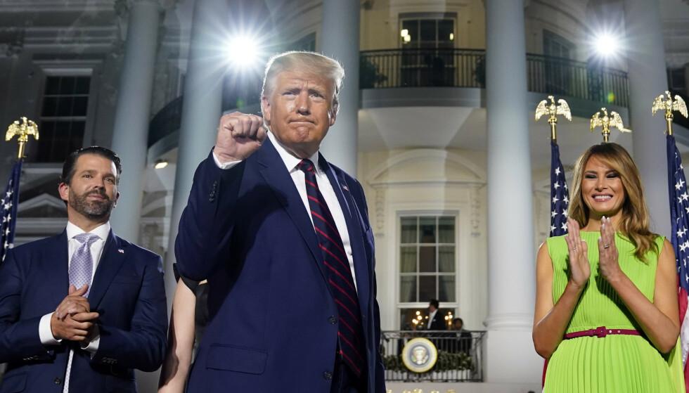 Melania Trump, som her står ved ektemannens side utenfor Det hvite hus i august, er blant flere som prøver å få ham til å erkjenne valgnederlag, ifølge CNN. Foto: Evan Vucci/AP/NTB