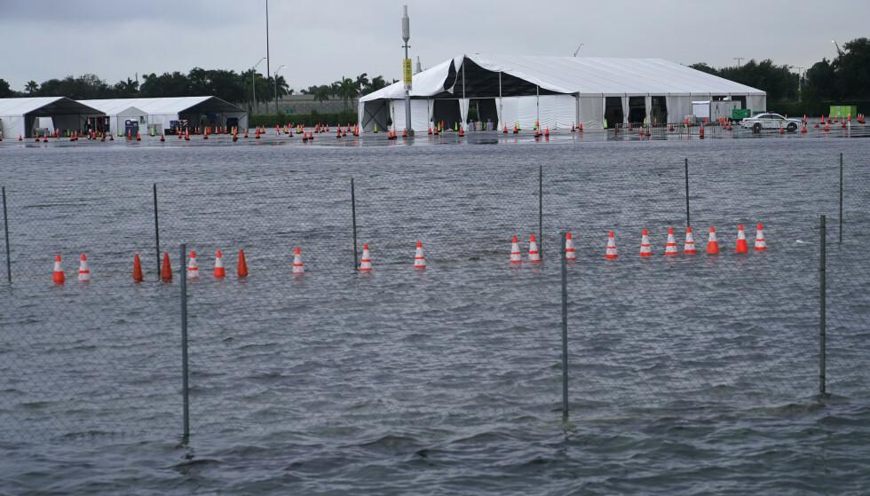En parkeringsplass på Hard Rock Stadium i Miami Gardens sto mandag under vann. Anlegget brukes for tiden som et av delstatens største covid-19-testsentre, og er nå blitt stengt på grunn av skader som Eta har påført. Foto: Lynne Sladky / AP / NTB