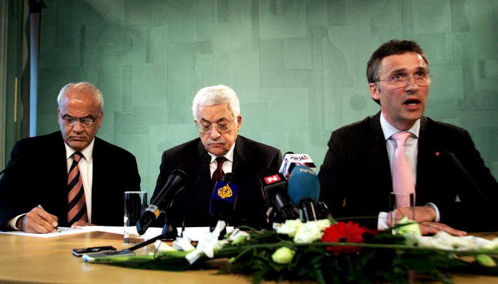 Palestinernes president, Mahmoud Abbas, flankert av Saeb Erekat (t.v.) og statsminister Jens Stoltenberg på pressekonferansen i regjeringsbygget etter møtet på statsministerens kontor. Foto: Sara Johannessen / NTB