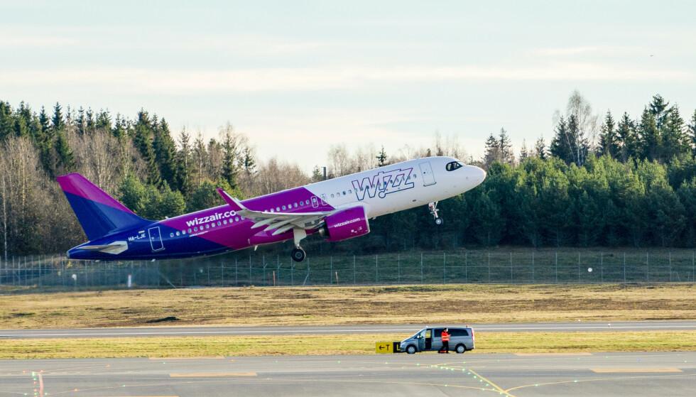 Wizz Air begynte å fly innenriks i Norge torsdag i forrige uke. Hittil er fem besetningsmedlemmer i Norge bekreftet smittet av coronaviruset. Foto: Fredrik Hagen / NTB
