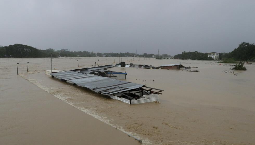 Bygninger sto under vann i Manila-forstaden Marikina torsdag. Foto: Aaron Favila / AP / NTB