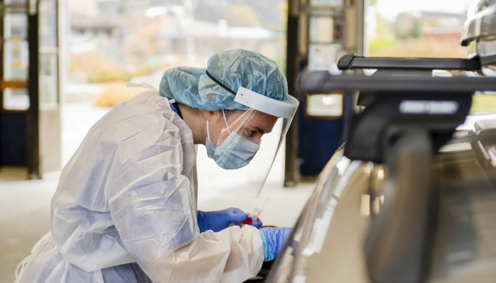 En sykepleier utfører en koronatest ved Spelhaugen teststasjon i Fyllingdalen. Foto: Marit Hommedal / NTB