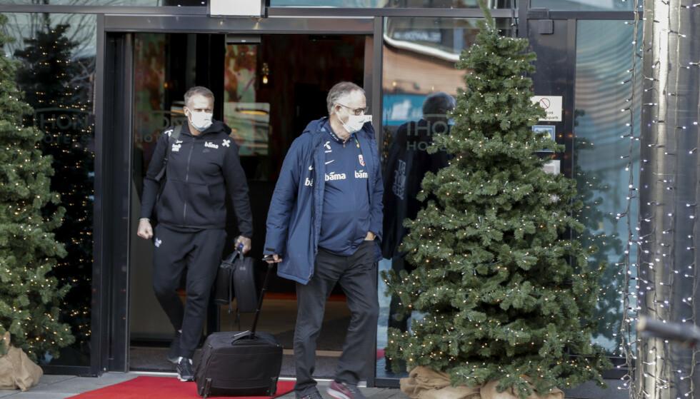 Landslagssjef Lars Lagerbäck og Frode Grodås på vei til bussen utenfor hotellet på Storo lørdag. Foto: Vidar Ruud / NTB