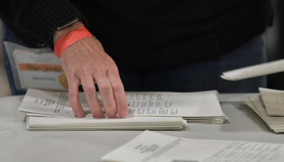 Nærmere 5 millioner stemmer ble avlagt i Georgia i presidentvalget, og fredag satte valgarbeidere i delstatens 159 fylker i gang med å telle stemmene på nytt for hånd. Foto: Mike Stewart / AP / NTB