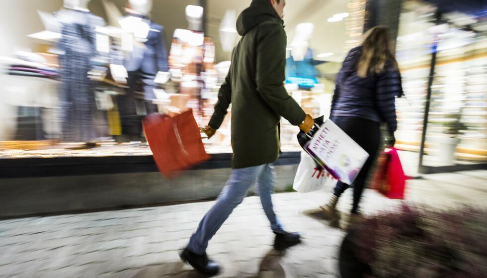 Et Norge sterkt preget av pandemi og coronatiltak går snart inn i førjulstiden. NHO anslår at nordmenn vil bruke rekordmye på årets julehandel. Foto: Gorm Kallestad / NTB