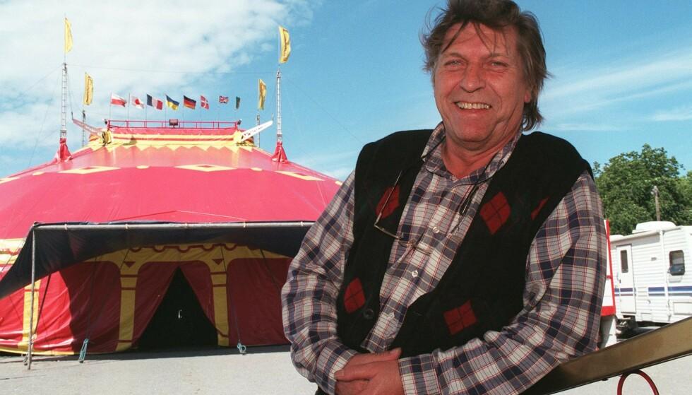 Sirkus Arnardo. Sirkusdirektr Arild Arnardo poserer stolt foran det 34 meter lange sirkusteltet.(Foto: Heiko Junge, NTB Pluss)