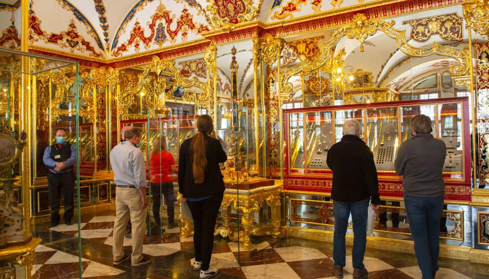 Kunsttyver brøt seg inn Det grønne hvelvet i Dresden i november i fjor og fikk med seg verdier for flere milliarder kroner. Her er besøkende i juvelrommet i slutten av mai i år. Arkivfoto: Jens Meyer, AP /NTB