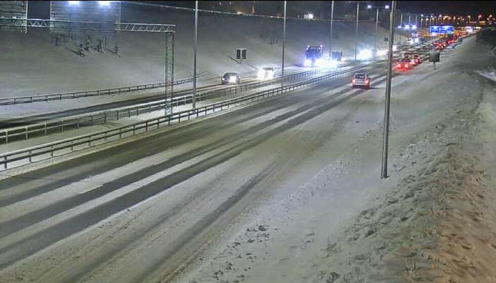 Snø og glatte veier skaper problemer i Trøndelag. Her på E6 ved Heimdal. Foto: Statens vegvesen / NTB